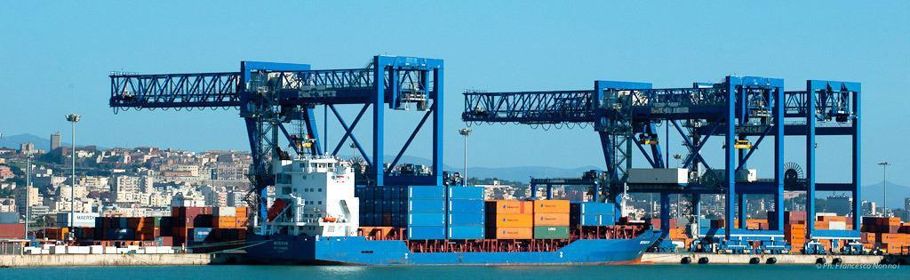 Lo sbarco e l'imbarco container dal porto di Cagliari: la viabilità per l'accesso al porto andrebbe potenziata; i progetti ci sono ma un ricorso sulla proprietà delle aree ha bloccato tutto