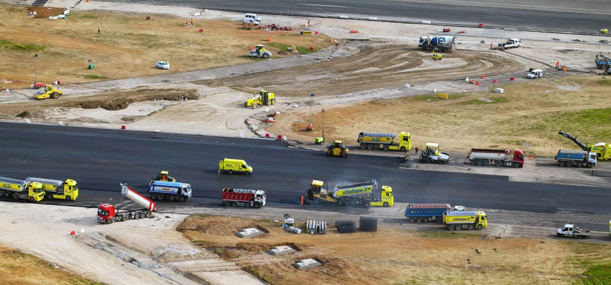 """Il rifacimento della pista dell'aeroporto """"Il Caravaggio"""" ha richiesto uno sforzo organizzativo di alto livello per coordinare i 600 mezzi all'opera e le 300 persone attive per ogni turno di lavoro"""