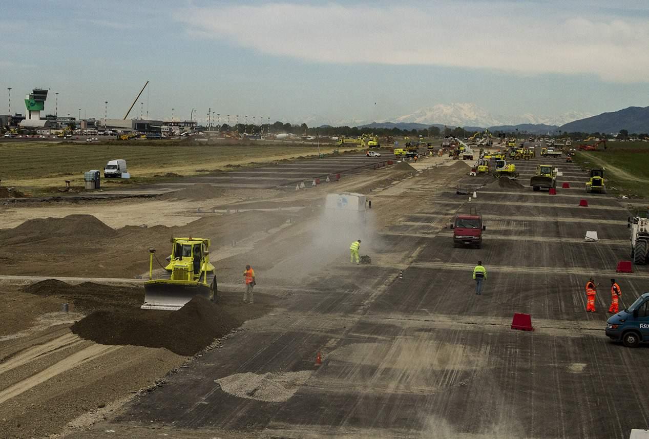 In evidenza, la zona centrale della pista che ha interessato la Fase 3 dei lavori e che, ovviamente, ha richiesto la chiusura della struttura aeroportuale per tre settimane consecutive
