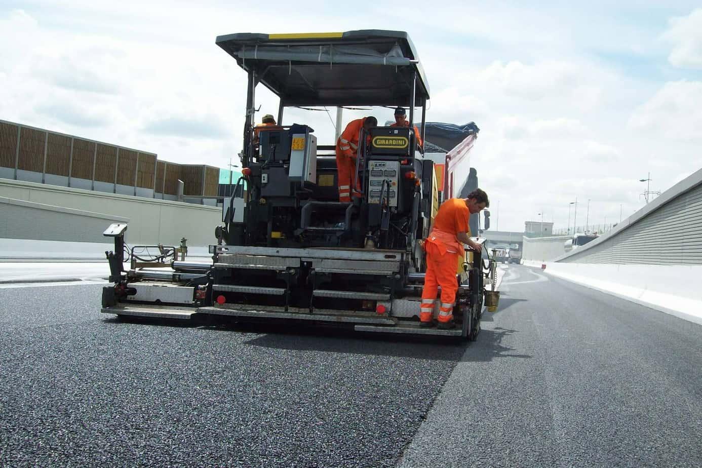 La vibrofinitrice Dynapac SD2500WS lavora con precisione accanto alla stesa d'asfalto della SD2500W
