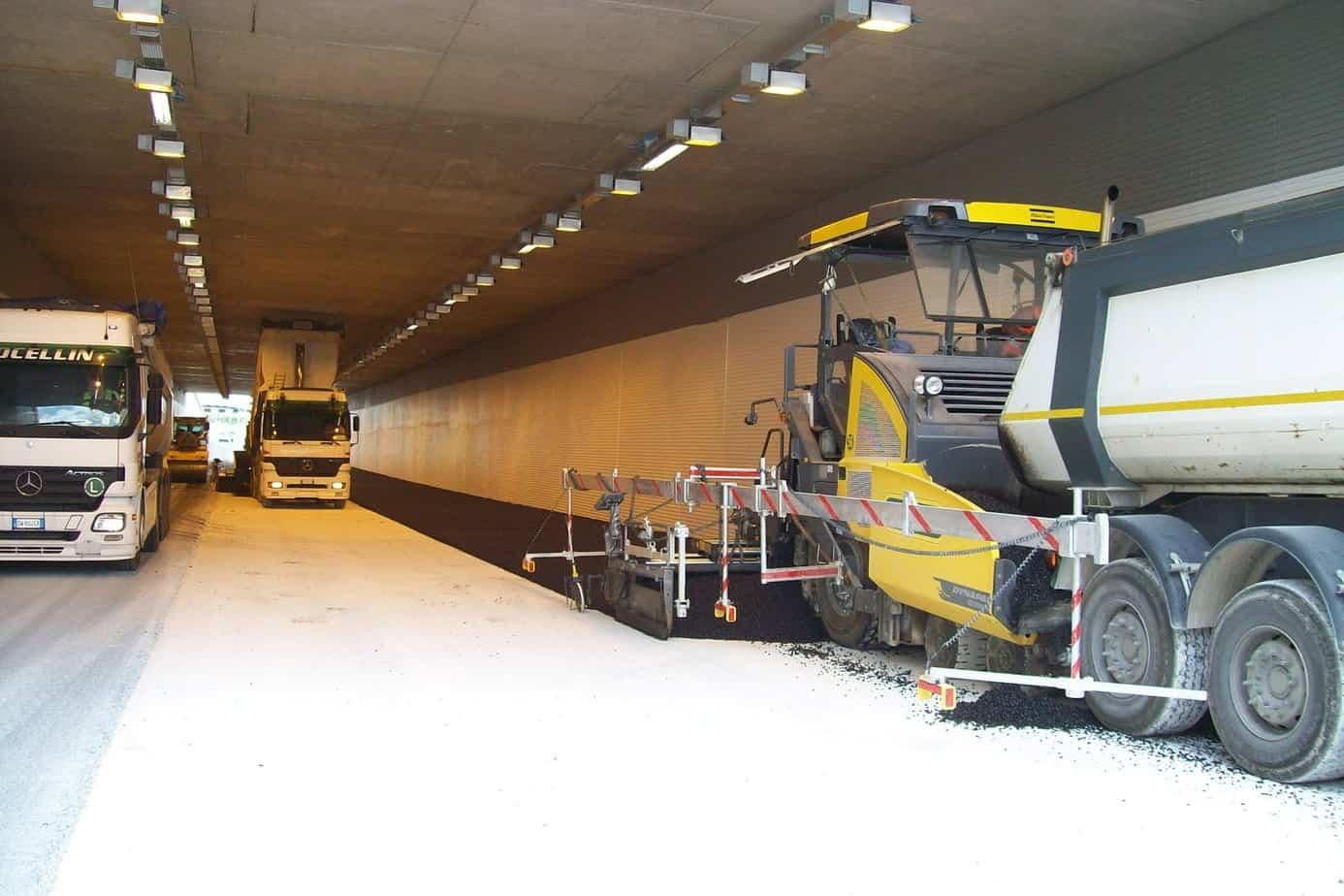 L'operazione di stesa sotto la galleria artificiale Rampezzana