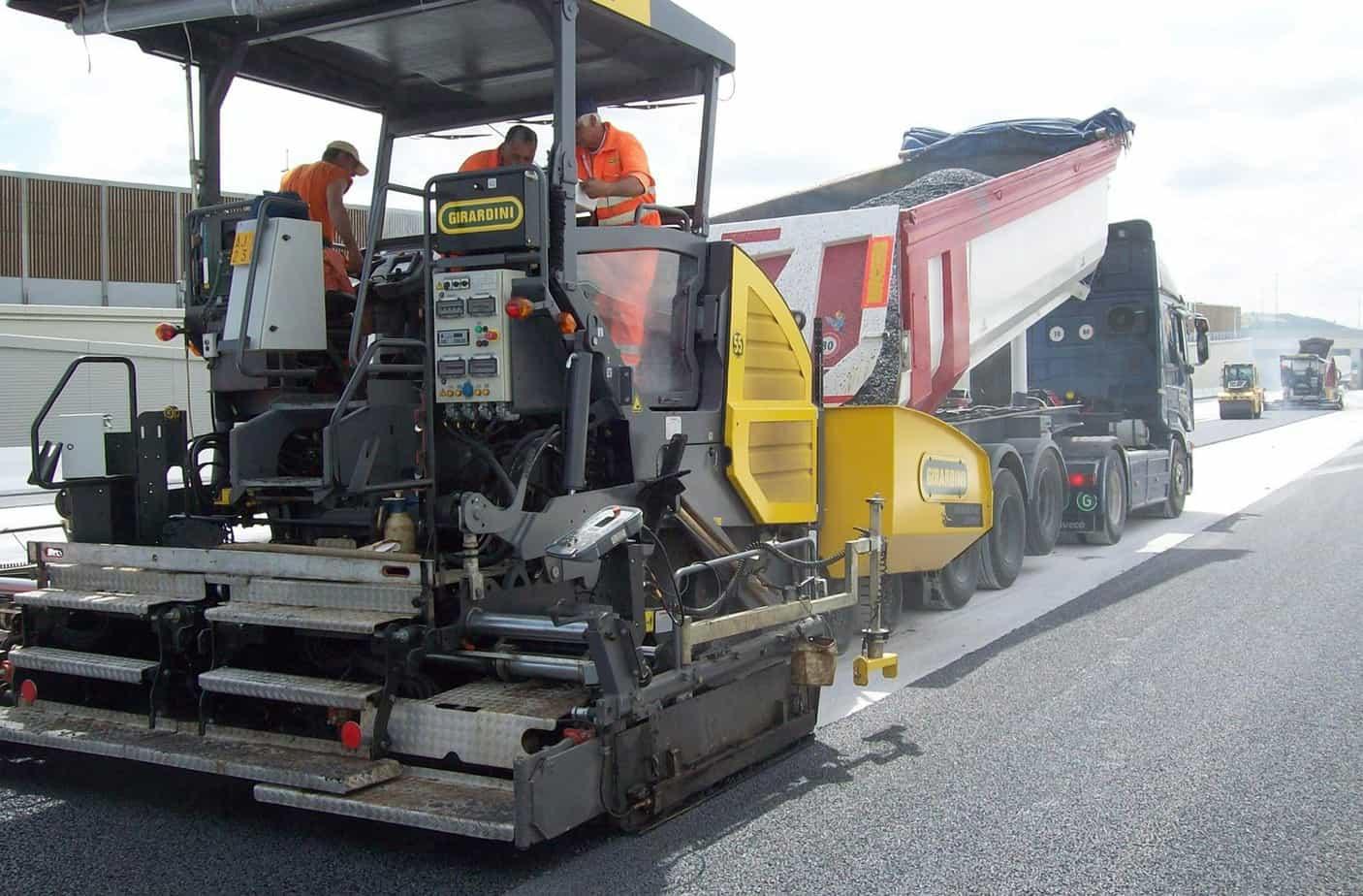 La potente trazione delle ruote tiene conto del carico di asfalto presente in tramoggia