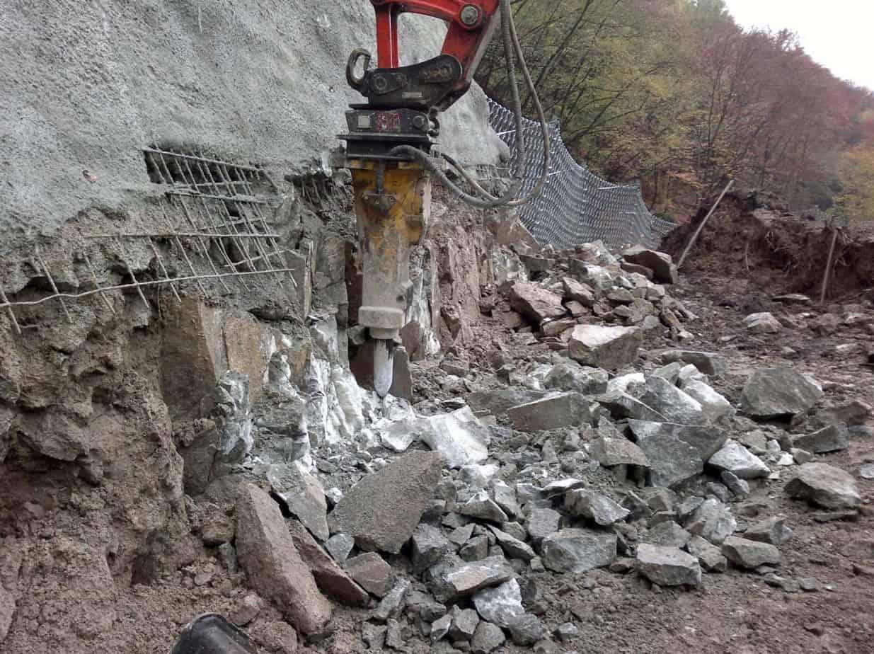 Le immagini in sequenza delle opere di demolizione