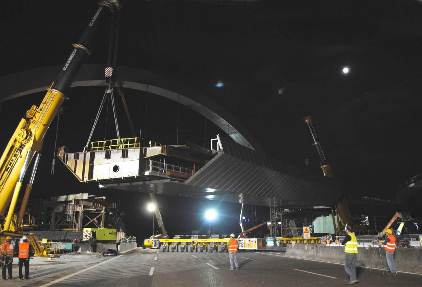 """Il trasporto del macroconcio centrale in Autostrada A8 mediante carrelloni e il varo con sollevamento dell'impalcato tramite autogru da 800 t durante la """"super luna"""" del 12 Luglio"""