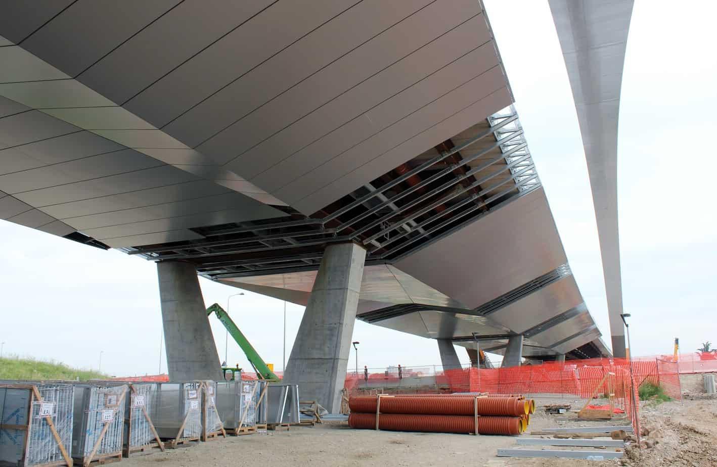 Nove stralli a sostegno del ponte ad arco sull'Autostrada A8, sezione in mezzeria