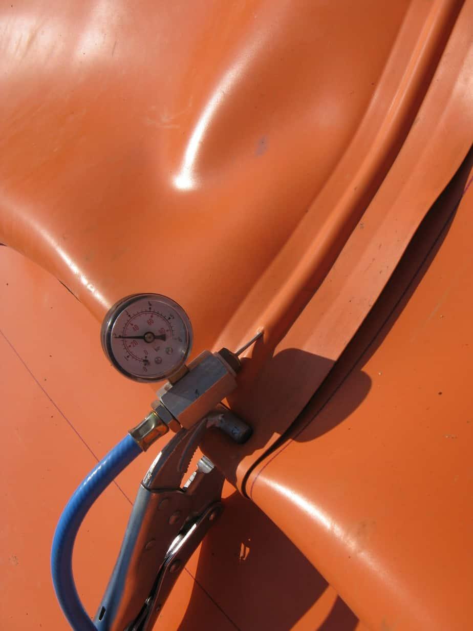 Il manometro controlla la tenuta a pressione delle saldature