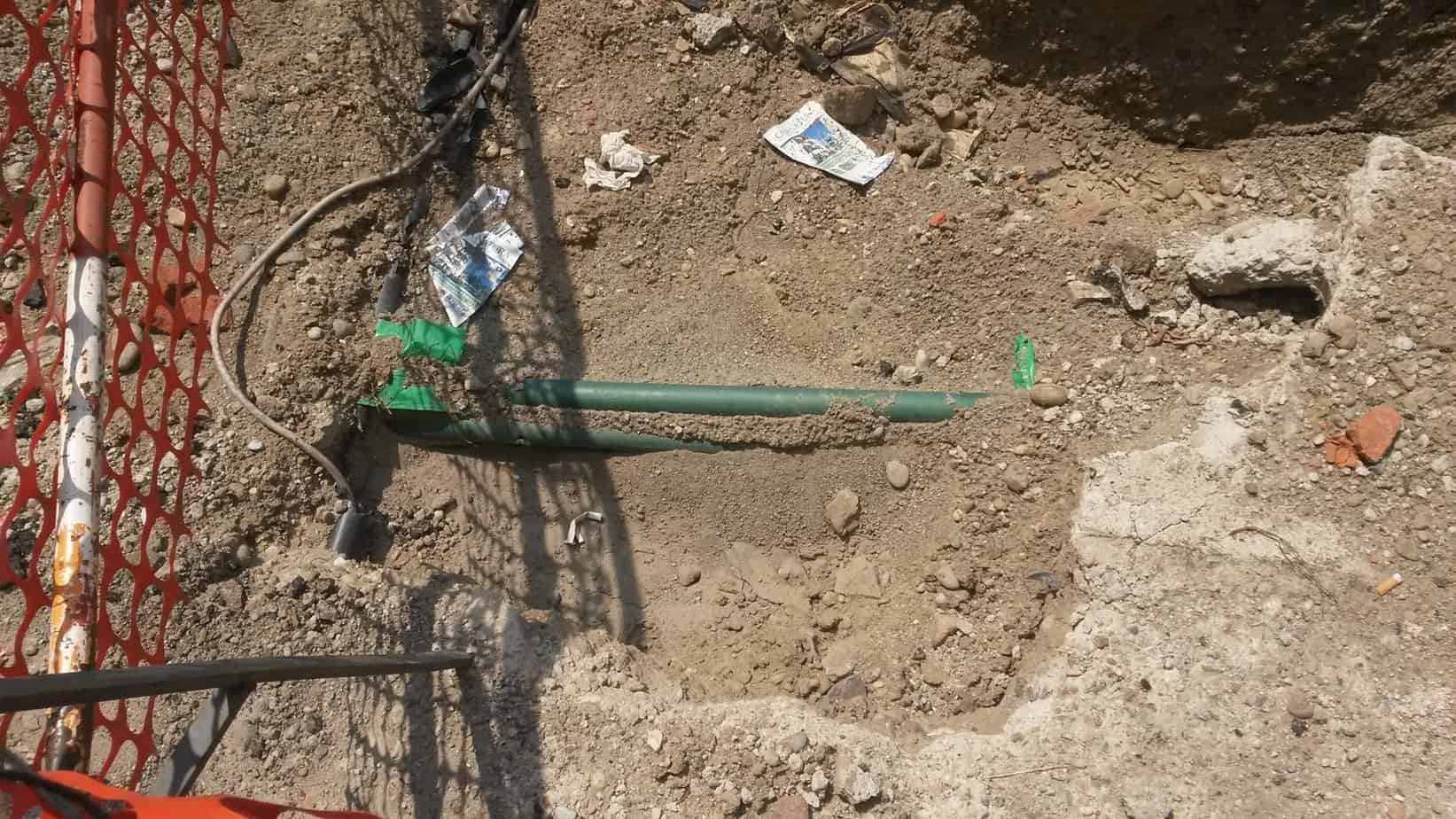 Gli scavi hanno portato alla luce due tipologie di infrastrutture disposte perpendicolarmente l'una rispetto all'altra: il cavo bianco e il tubo verde