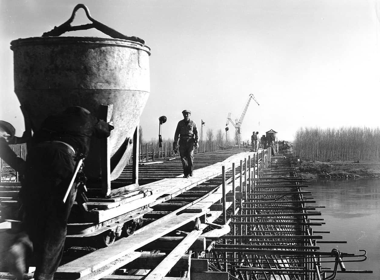 Il ponte sul Po a Piacenza tra Milano e Bologna sulla Autostrada del Sole: Silvano Zorzi con l'Impresa Rizzani, cantiere del 1958