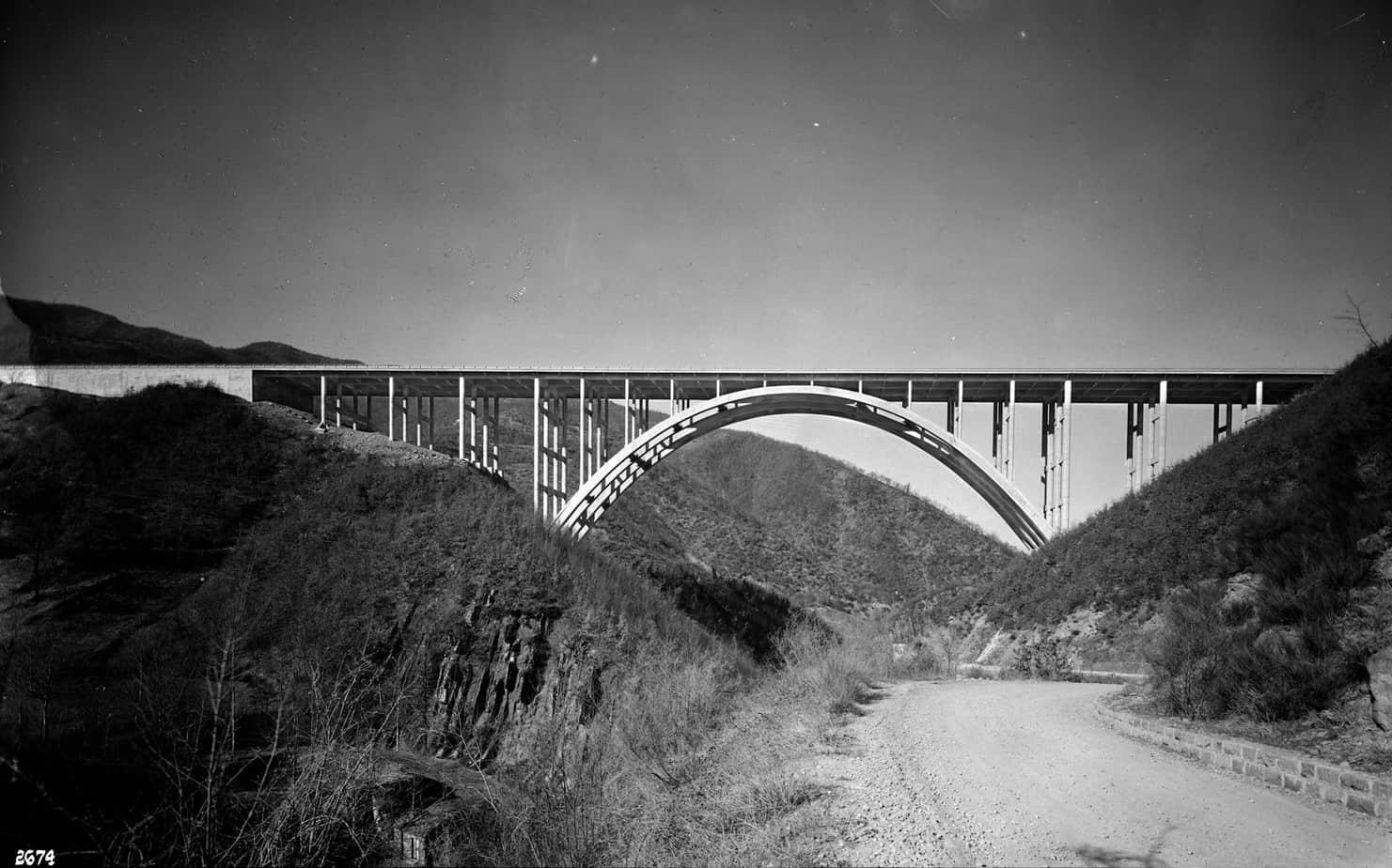 Il viadotto Gambellato tra Bologna e Firenze sulla Autostrada del Sole: Giulio Krall con l'Impresa Ferrobeton, cantiere del 1959