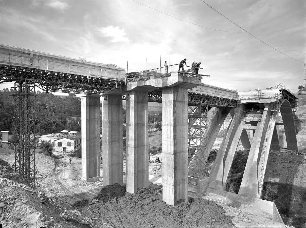 Il ponte Giuseppe Romita sull'Arno a Levane tra Firenze e Roma sulla Autostrada del Sole: Silvano Zorzi con l'Impresa Astaldi, cantiere del 1963