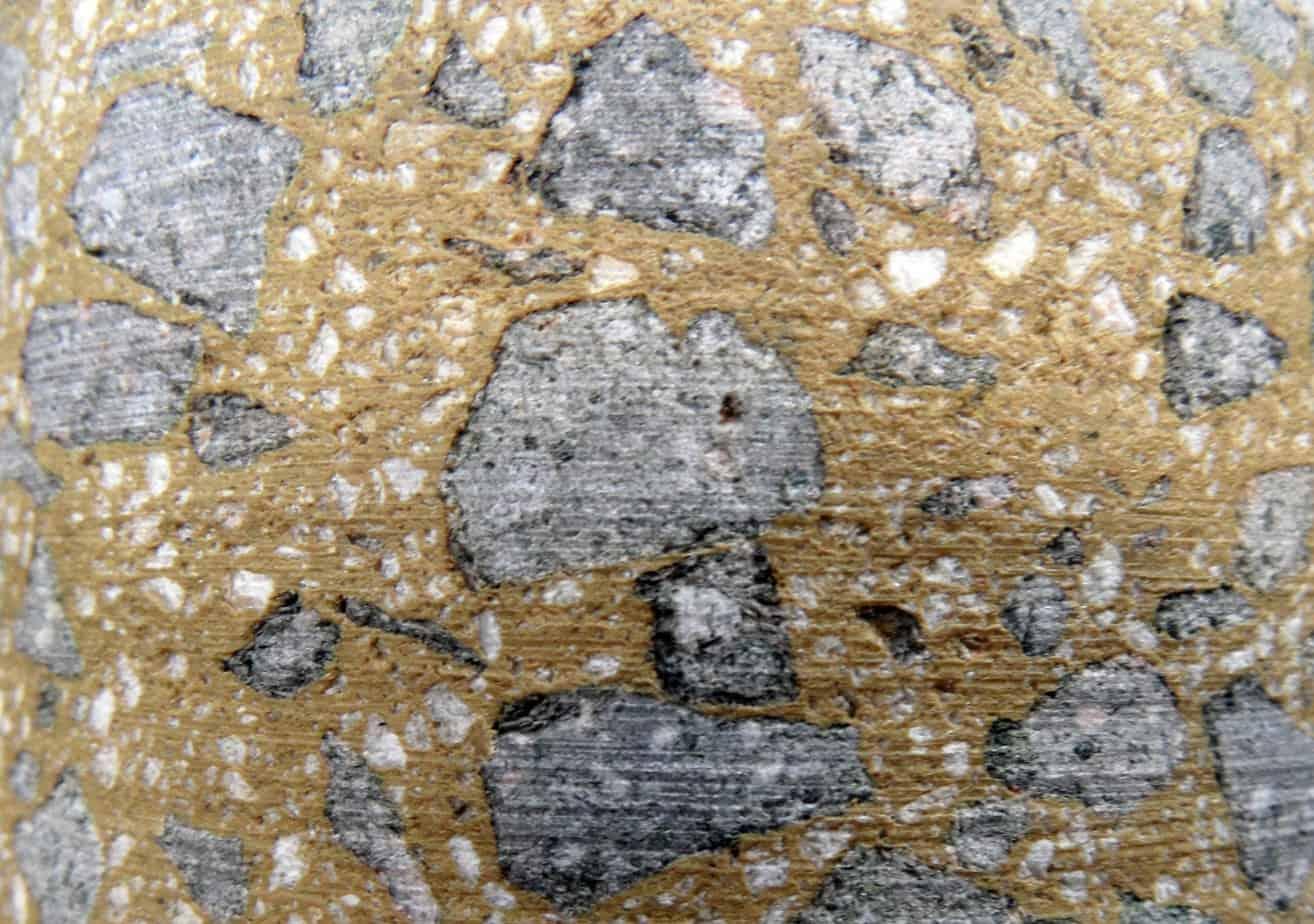 Un tappeto con aggregati chiari e legante trasparente