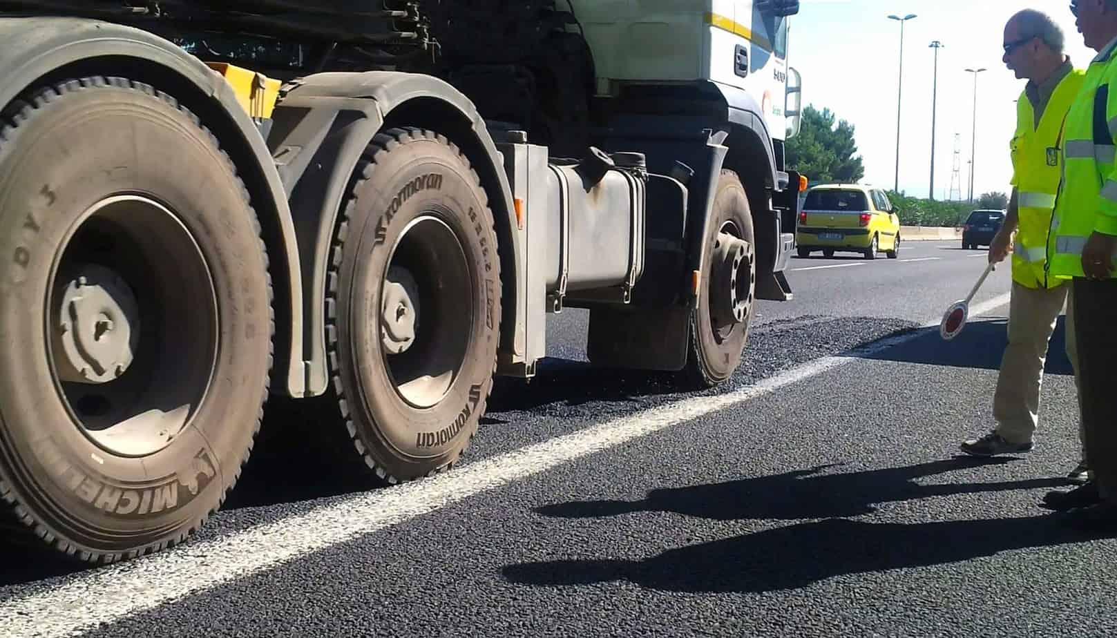 Terminata la stesa, il tratto è stato riaperto al traffico che, da solo, ha provveduto a compattarlo in maniera uniforme