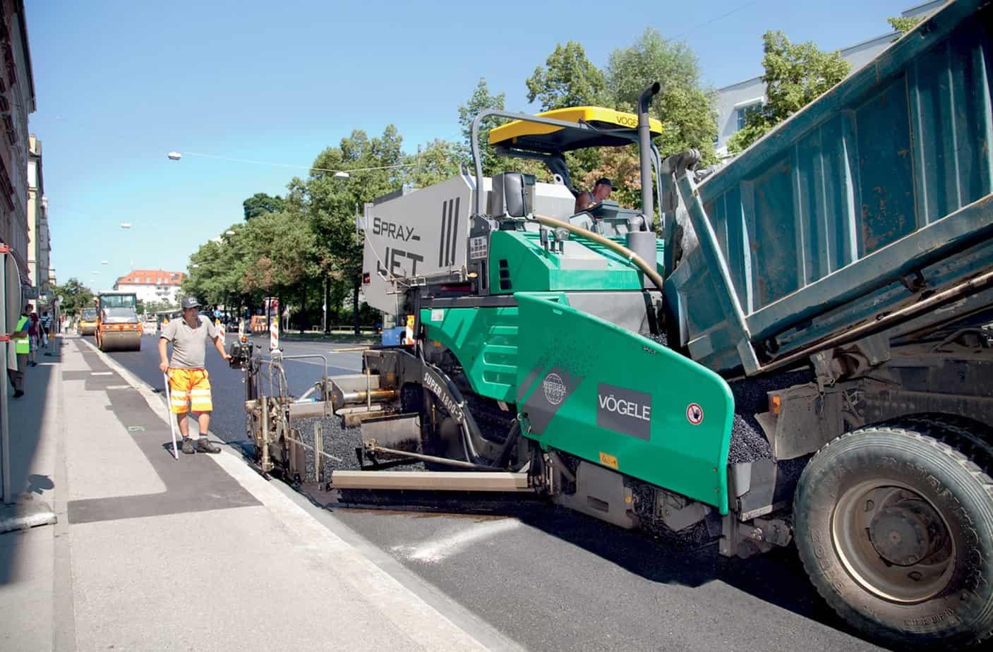 Un intervento eseguito nel quartiere Haidhausen sulla Orleansstraße, importante arteria urbana a Monaco di Baviera (Germania), sulla quale si è provveduto alla stesa di un tappeto d'usura in Splittmastixasphalt fonoassorbente