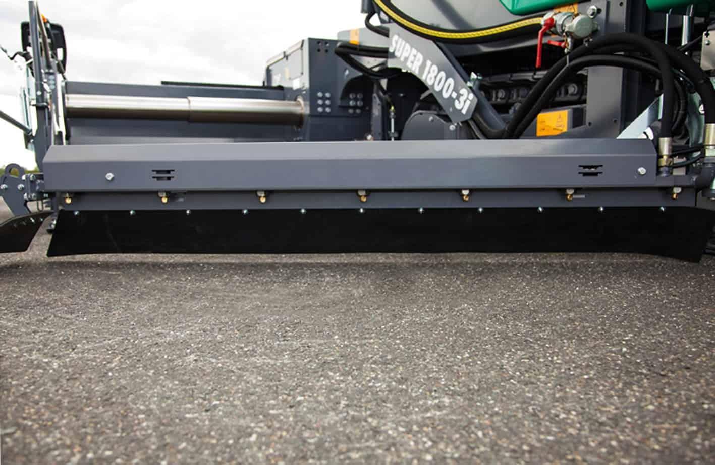 La finitrice attrezzata con il banco estensibile AB 500-2 TV ha operato alla larghezza di spruzzo massima di 6 m