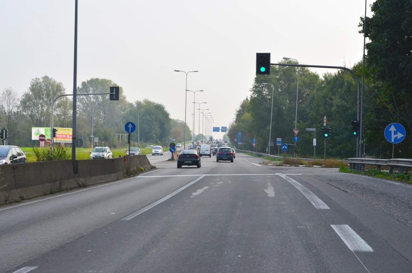 Il primo semaforo sulla Paullese a San Donato Milanese, in Via Moro, dovrà essere sostituito da una passerella ciclopedonale