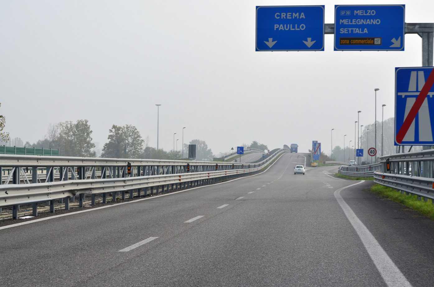 A Pantigliate la Superstrada Paullese si interrompe bruscamente, passando da quattro a due corsie. Manca ancora qualche chilometro alla TEEM