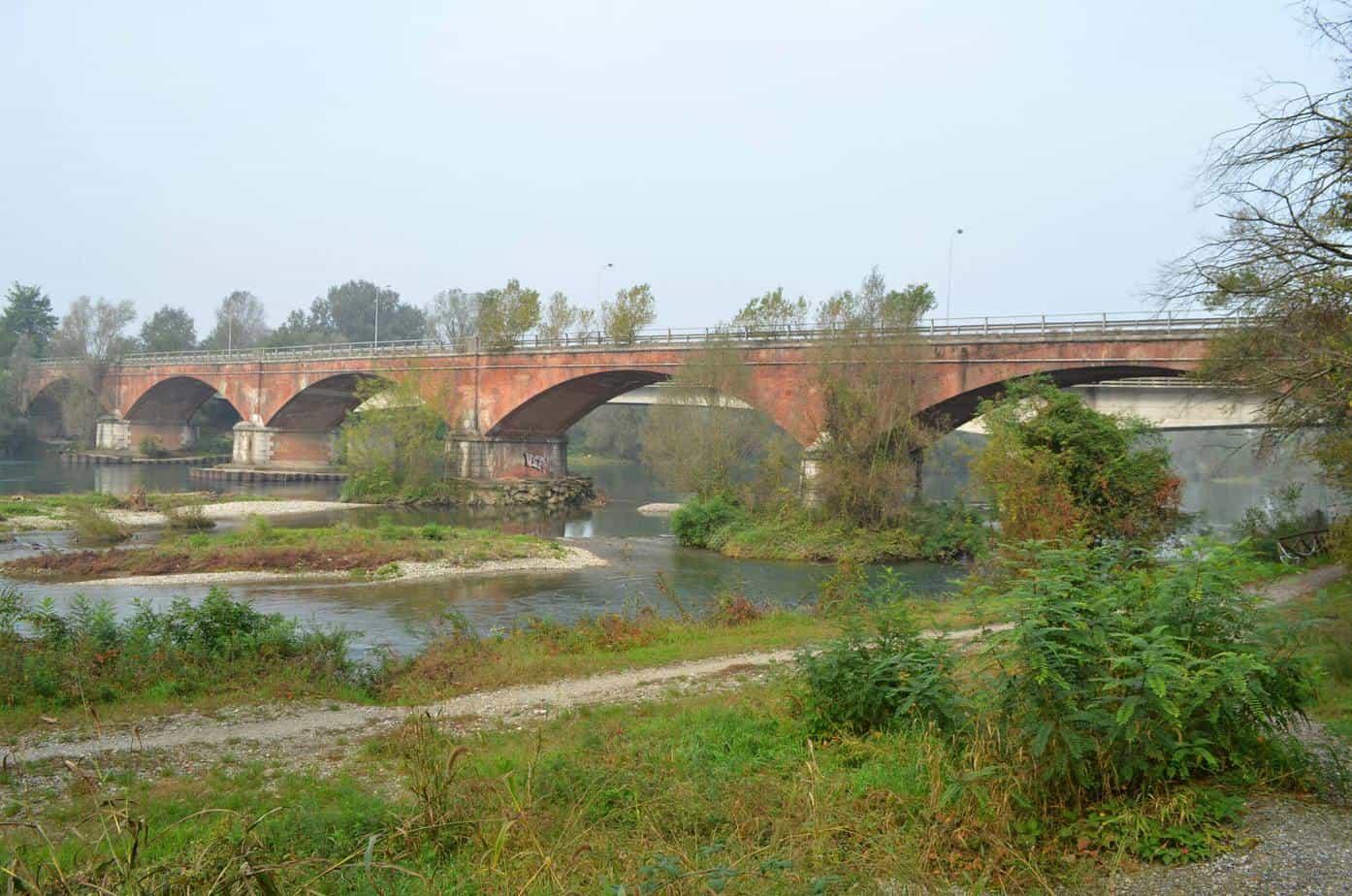 In primo piano, il ponte ottocentesco di Spino d'Adda, oggi inagibile, che diventerà attraversamento ciclopedonale. Dietro si intravede il ponte dell'attuale Statale, che sarà raddoppiato