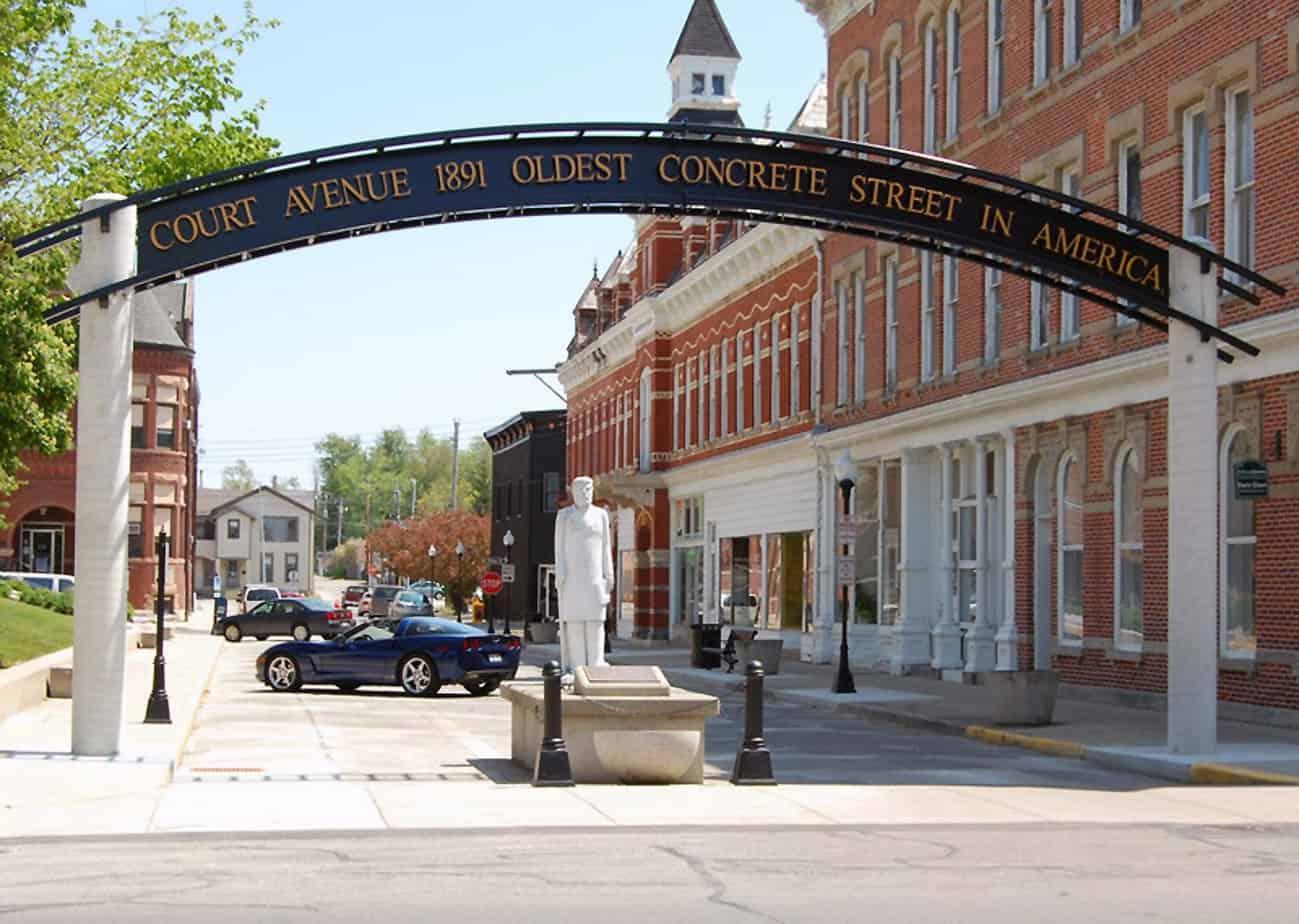 Court Avenue, in Ohio, la prima pavimentazione in calcestruzzo mantenuta come in origine e la statua dedicata a George Bartholomew