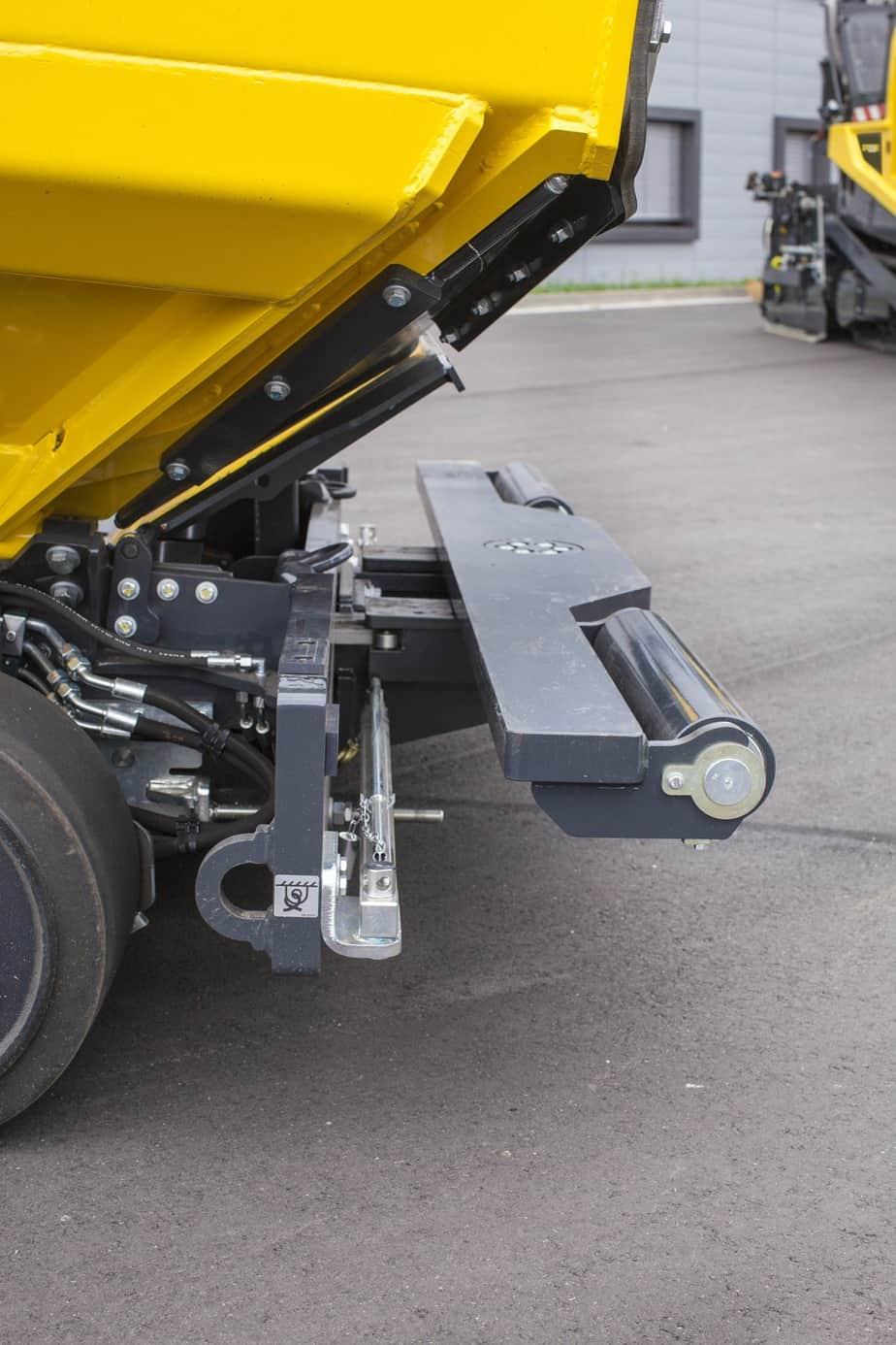 I rulli di spinta sono regolabili attraverso un sistema idraulico con ammortizzatori