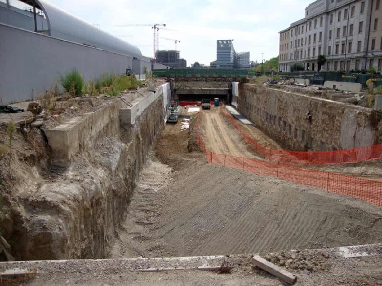 Lo scavo parziale di ribassamento nel tratto di Via Palazzolo, con tasche nei pannelli dei diaframmi