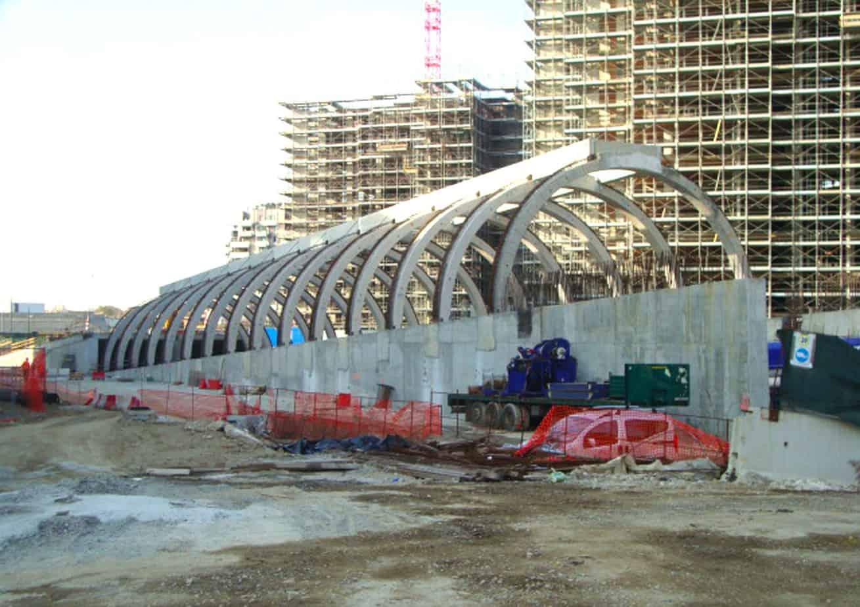 Un particolare della struttura ad archi prima del completamento con solai in lastre curve prefabbricate