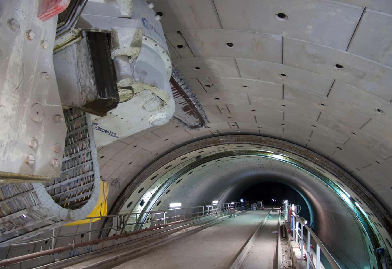La galleria Montedomini: a due fornici adiacenti di lunghezza circa 280 m per carreggiata, è ubicata lungo la A14 Bologna-Taranto nei pressi di Ancona