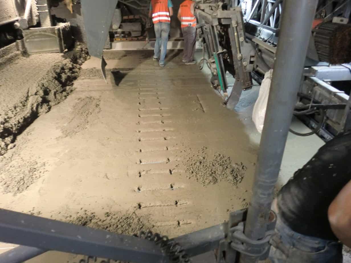 La fase di stesa per la realizzazione della pavimentazione