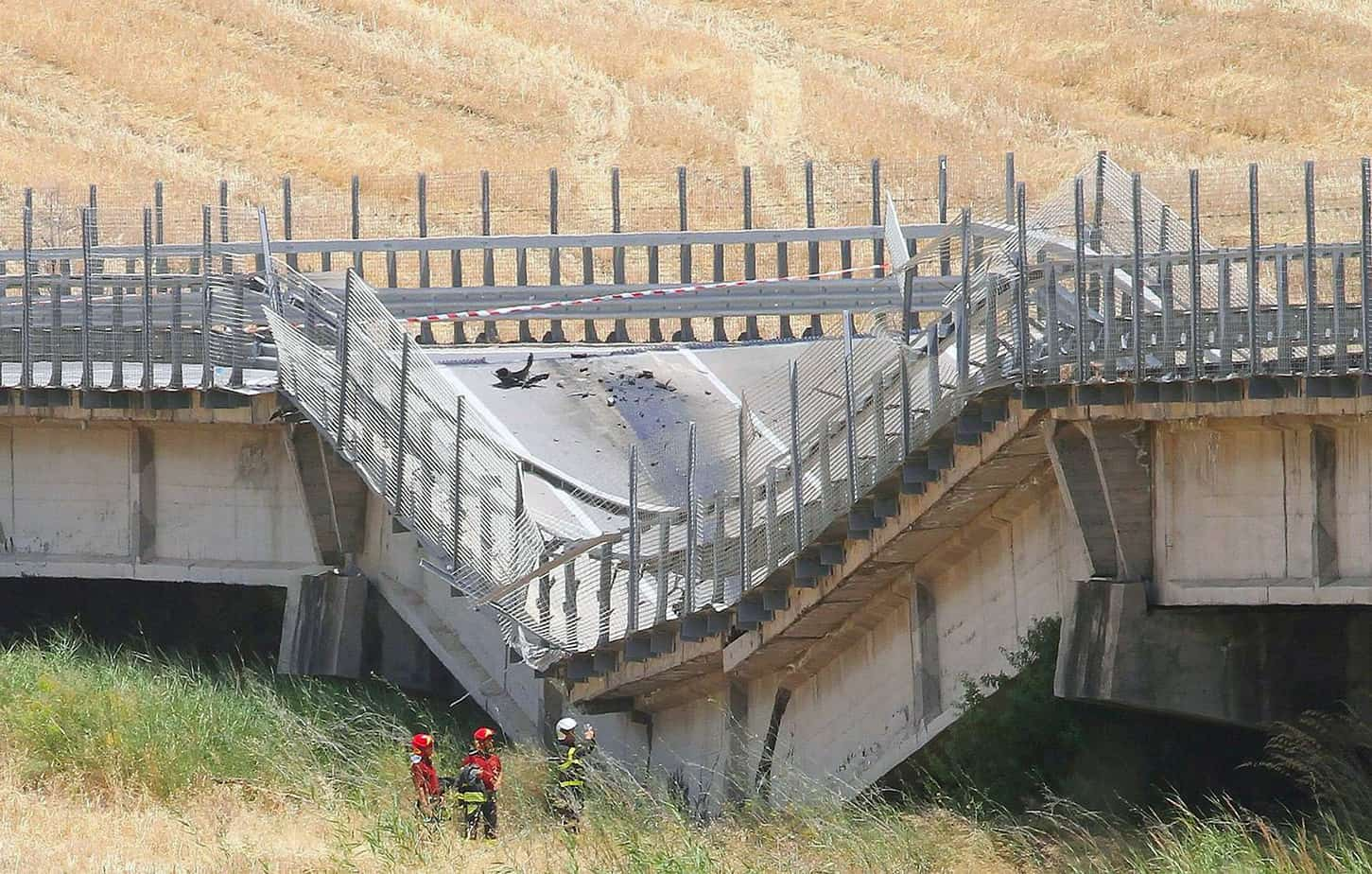 """Un particolare del crollo del viadotto Petrulla sulla S.S. 626 """"Licata-Ravanusa"""" (AG)"""