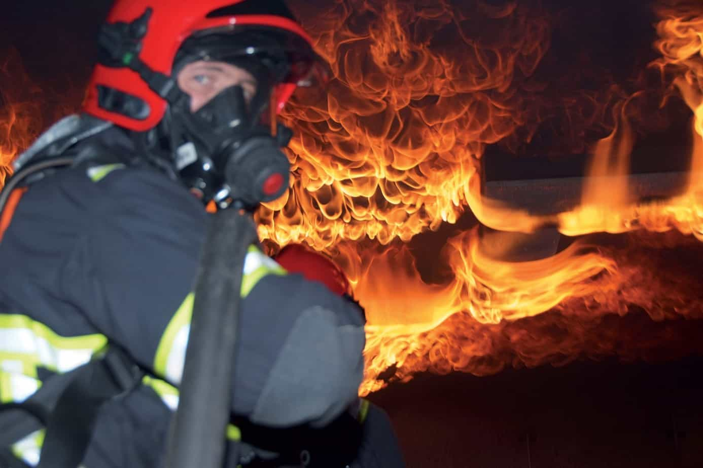 Un'esercitazione nel simulatore antincendio alla base del servizio