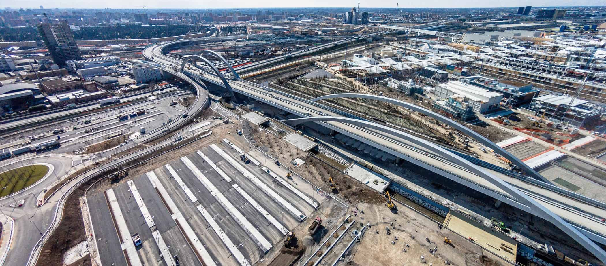 Una suggestiva panoramica del cantiere della grande viabilità Expo realizzata con il drone