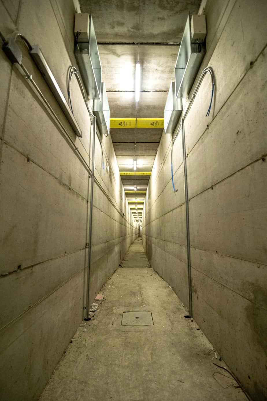 Il cunicolo di servizio largo 2,2 m tra le due canne della galleria come via di fuga in caso di emergenza