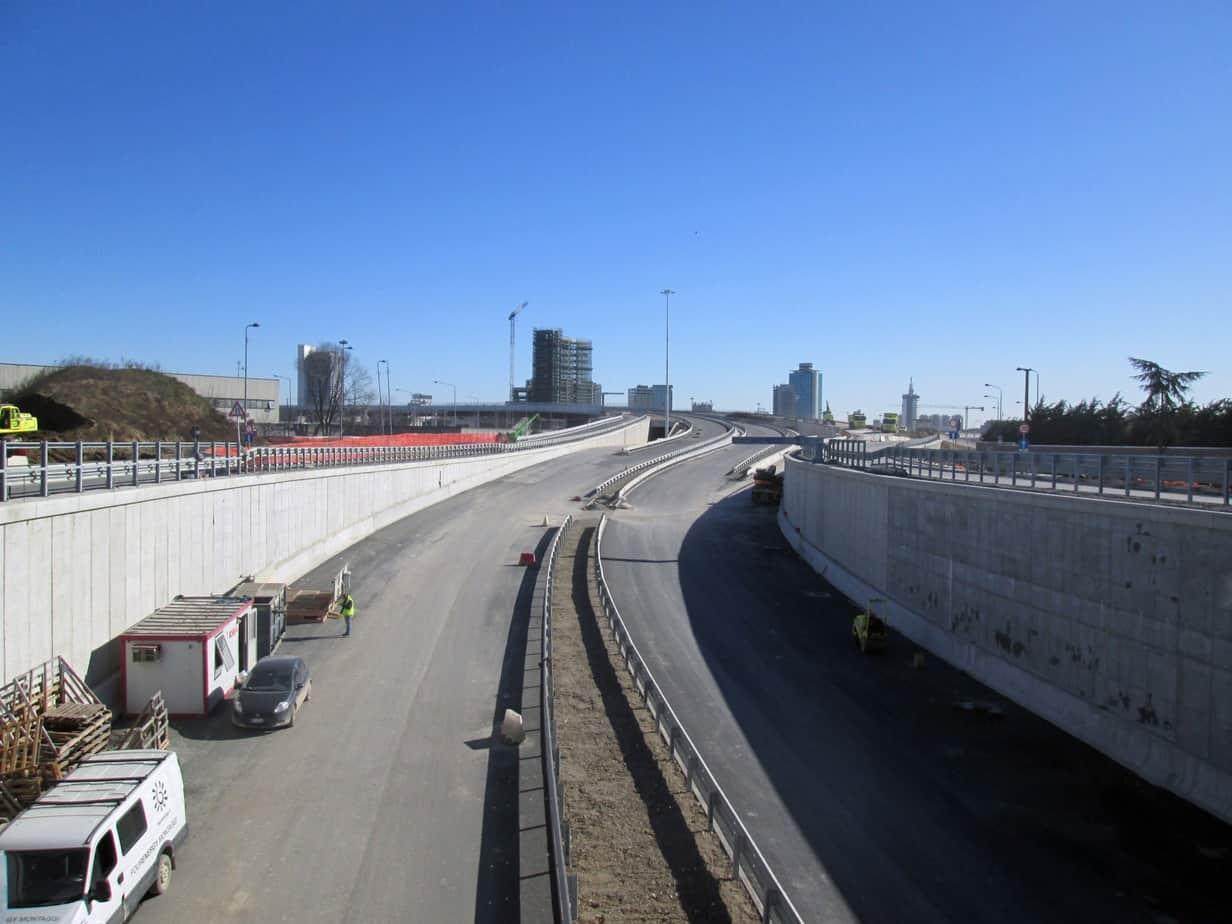 La rampa di accesso ai viadotti di scavalco della rete ferroviaria