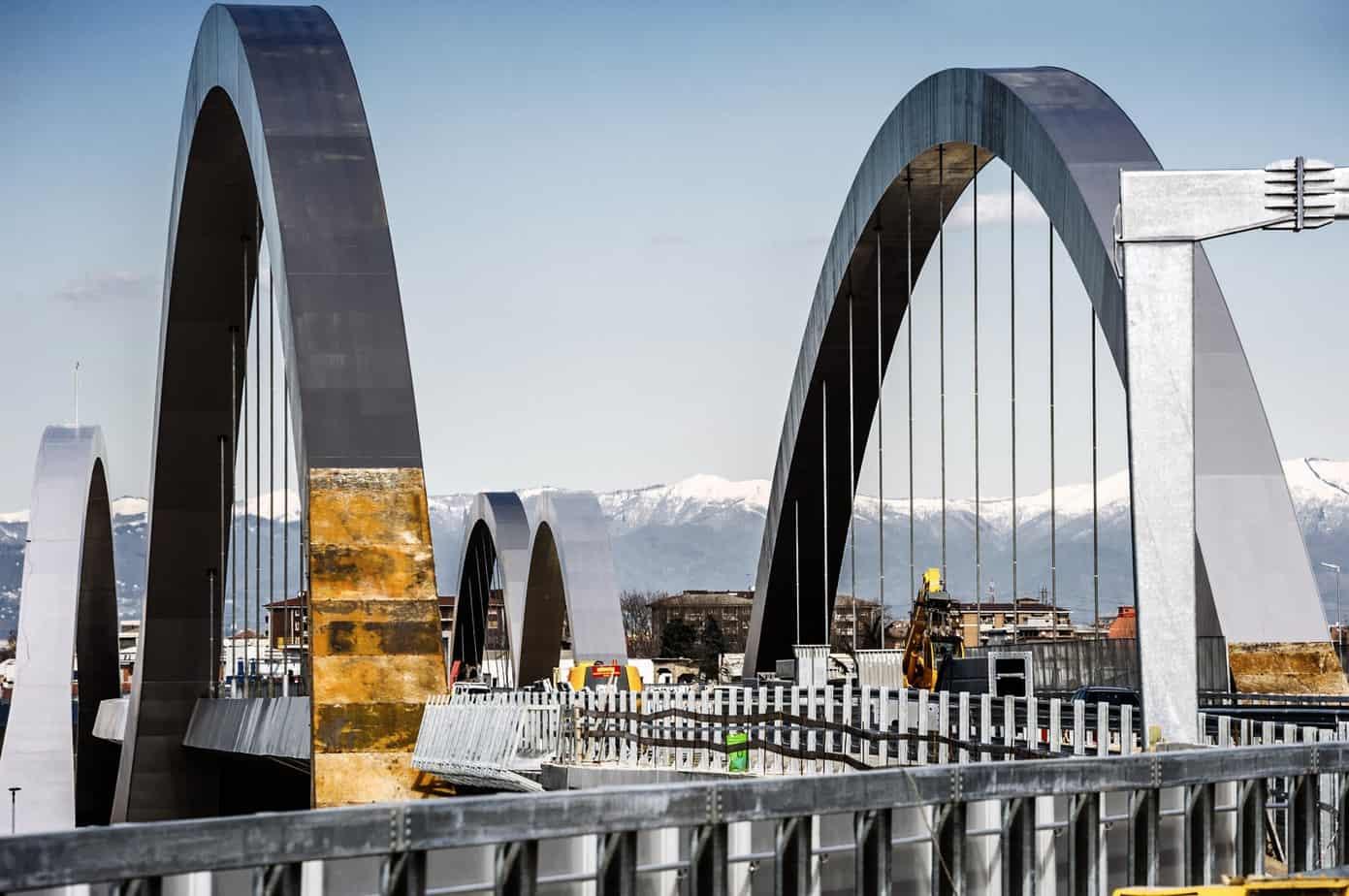 Il ponte ad arco di scavalco dell'Autostrada A4 Torino-Venezia con luce 190 m completamente realizzato in acciaio