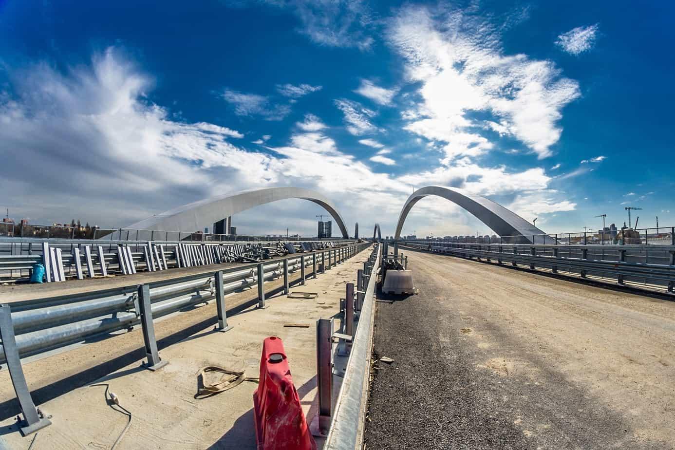 Una bella veduta del viadotto Expo con gli archi ribassati sfalsati tra loro