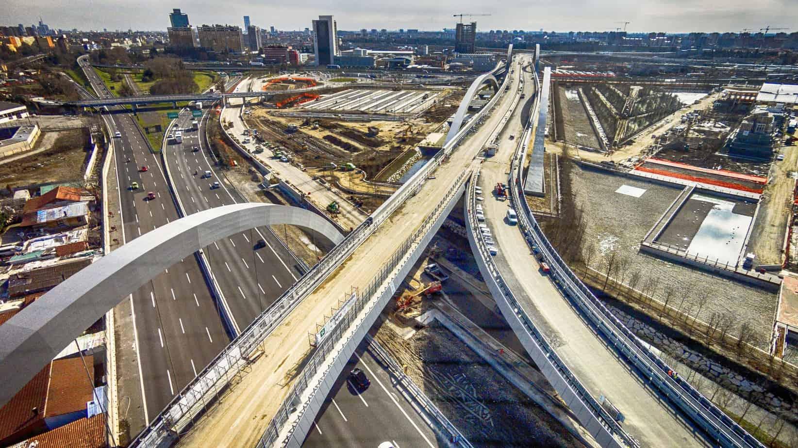 L'ultimo viadotto a singola carreggiata collega il viadotto Expo con le due rampe di svincolo all'Autostrada A8. In basso a sinistra, il ponte ad arco dissimmetrico rispetto all'impalcato per lo scavalco della A8 Milano-Laghi