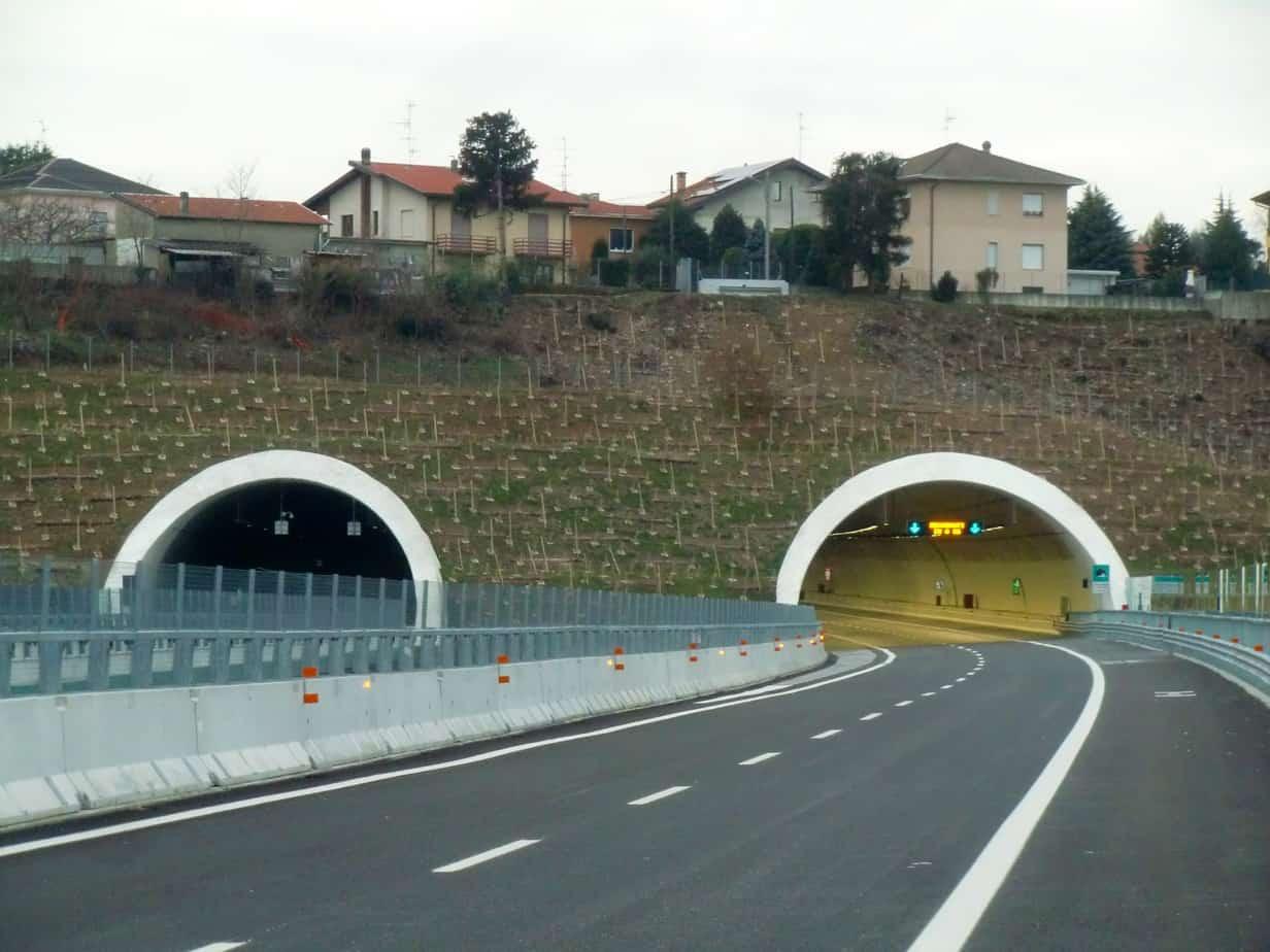 La galleria Solbiate Olona, in parte artificiale: nel tratto in cui sono sottopassate le abitazioni il ricoprimento medio è di 10 m