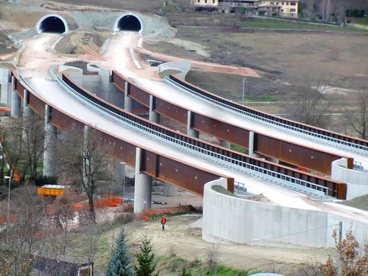 Il viadotto Muccia e i portali della galleria Maddalena, sul tratto in via di completamento Serravalle-Pontelatrave