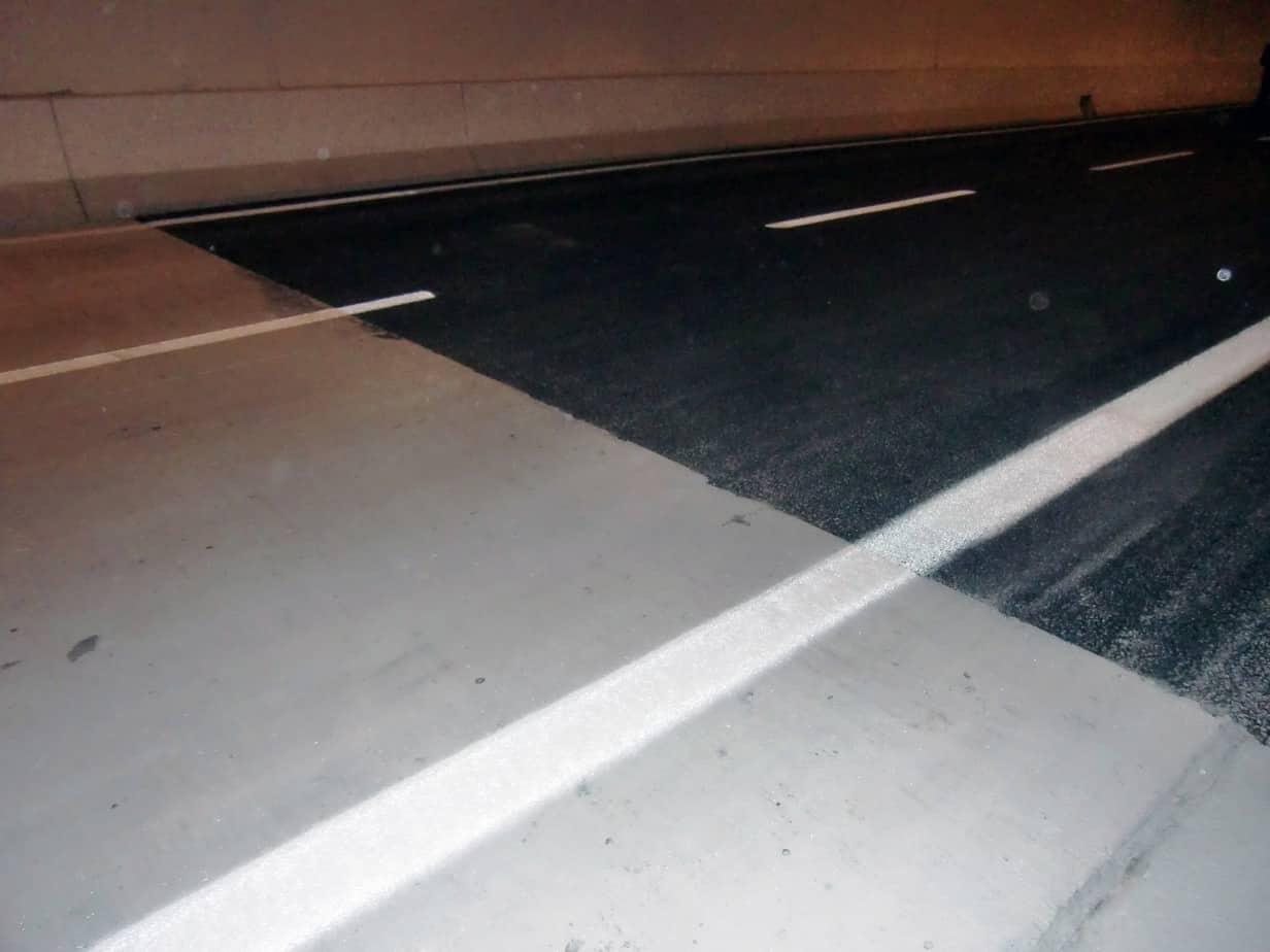 Nelle gallerie > 1 km, a circa 100 m dall'imbocco la pavimentazione in conglomerato bituminoso drenante lascia il posto alla pavimentazione in calcestruzzo