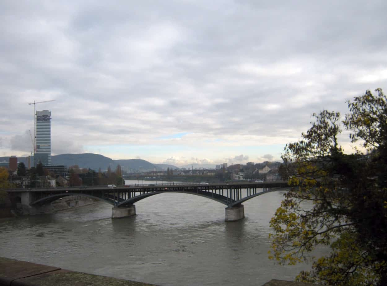 Ponte sul Reno e sponde a Basilea (Svizzera)
