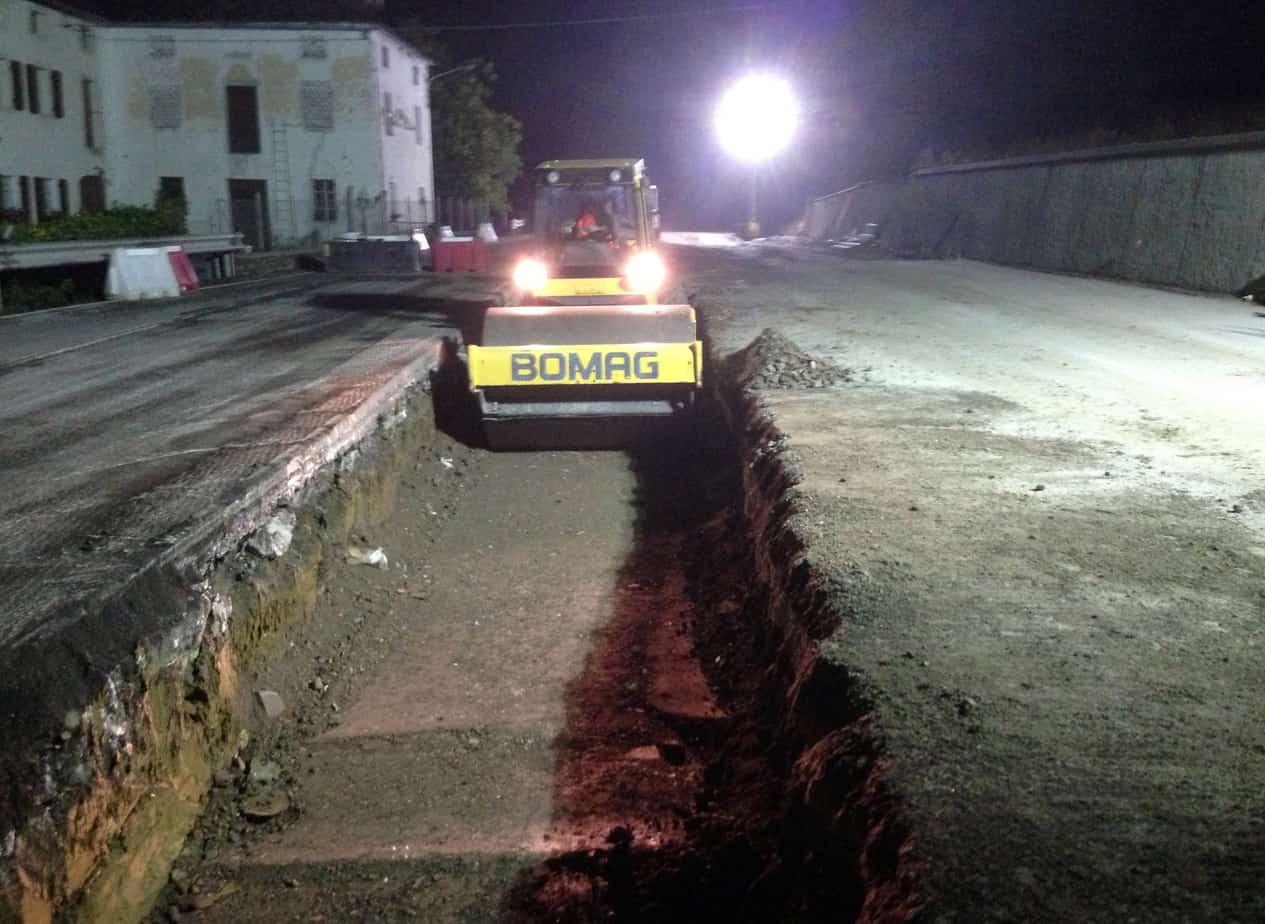 I lavori notturni a traffico sospeso per adeguamento della sottostruttura stradale sull'esistente