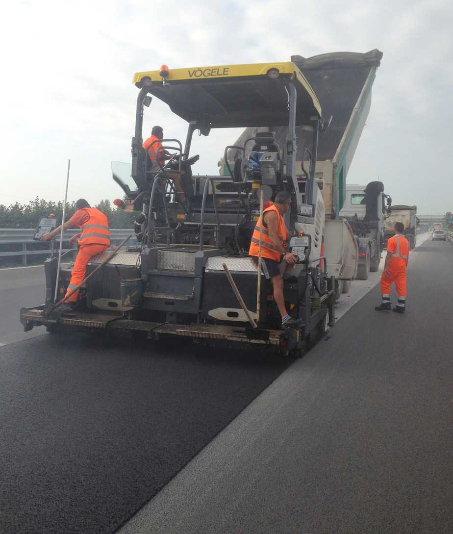 La stesa di conglomerato bituminoso sperimentale in sede autostradale (km 222+000 dell'ACP - Autostrade Centro Padane SpA)