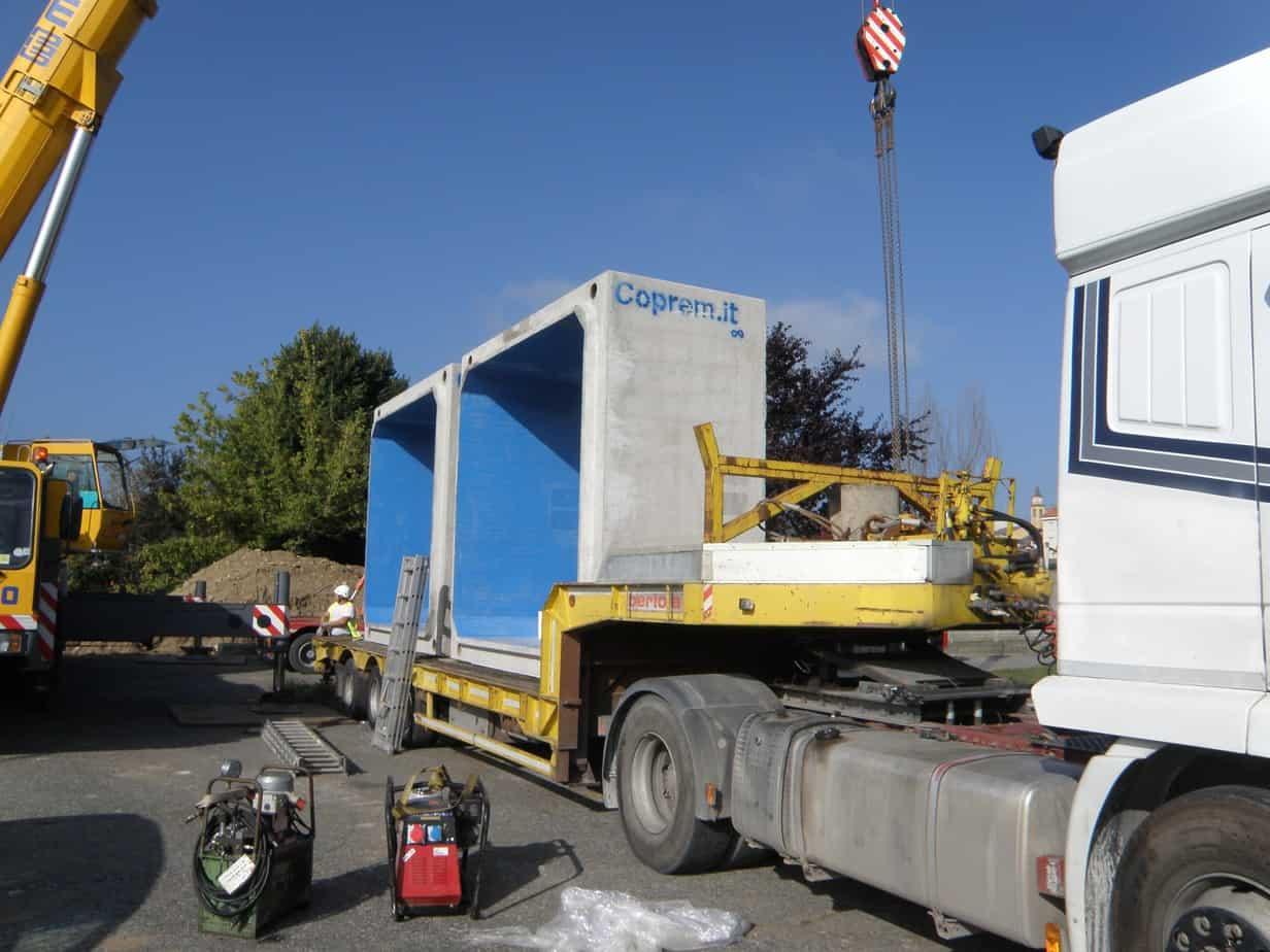 Mezzi di trasporto in cantiere per lo scarico dei manufatti
