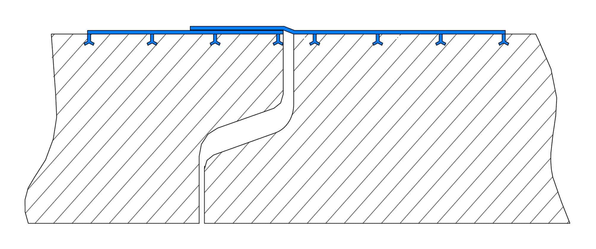 Un particolare della giunzione di due manufatti rivestiti in linerHDPE TGrip nella versione giunto saldato: si noti l'overlap (sovrapposizione) del rivestimento per assicurare la continuità della protezione
