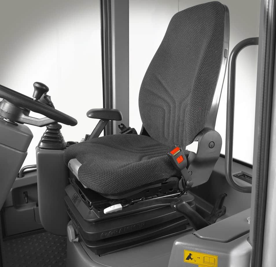 Il sedile con il massimo comfort. Anche la spaziosa cabina offre un'eccezionale visibilità a 360°, livelli ridotti di rumorosità e vibrazioni, aumentando di conseguenza il comfort e la sicurezza per l'operatore