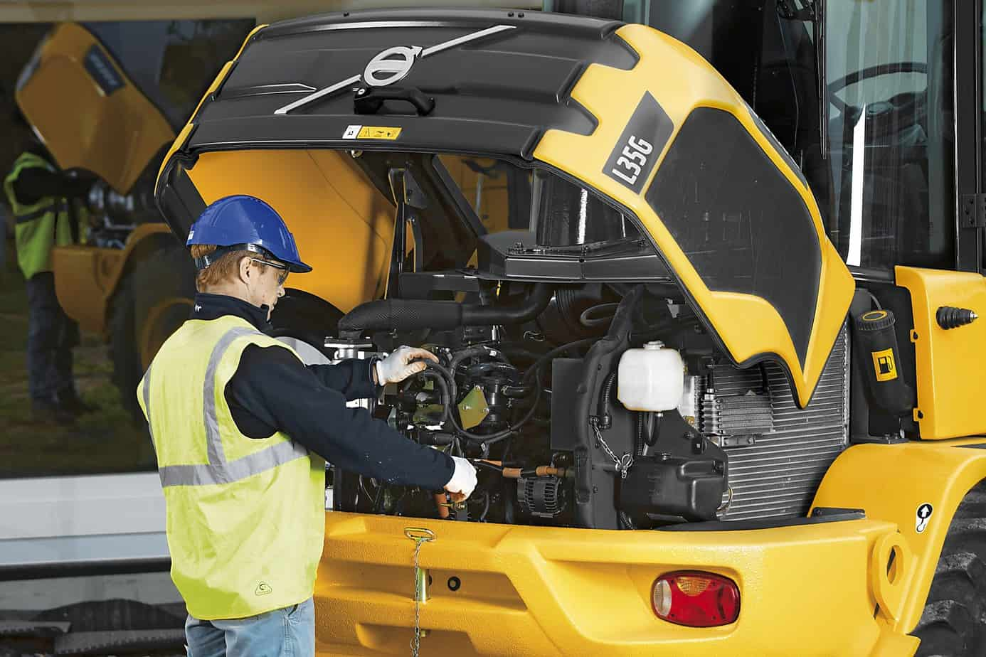 Entrambi i modelli offrono un agevole accesso da terra ai punti di assistenza, inclusi i filtri del carburante, dell'aria, i filtri idraulici e dell'olio, il radiatore, l'astina di controllo del livello dell'olio, gli indicatori del livello dell'olio idraulico e la batteria