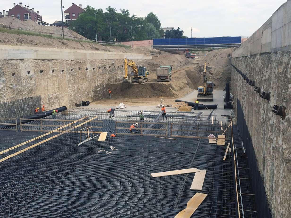 La fase di costruzione della galleria artificiale: il solettone di fondo e le paratie tirantate