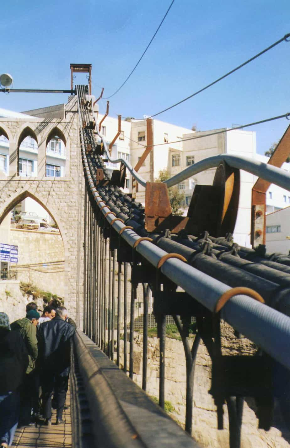 Le clampe sul ponte sospeso di Sidi M' Cid