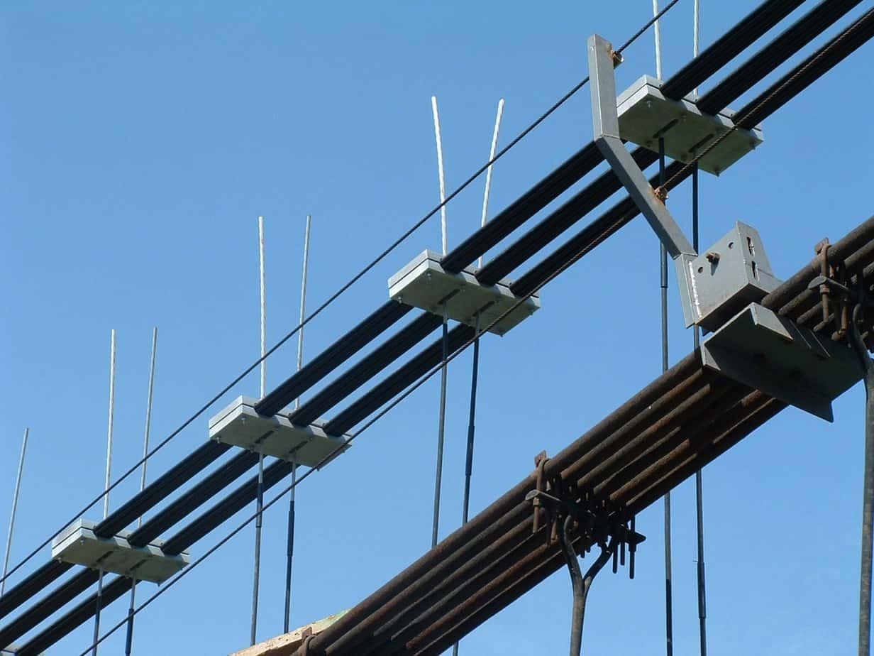 Un dettaglio delle clampe e dei cavi del ponte di Chiani