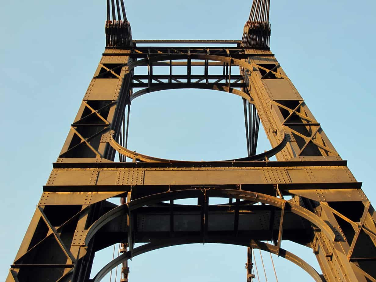 Le torri in acciaio del ponte