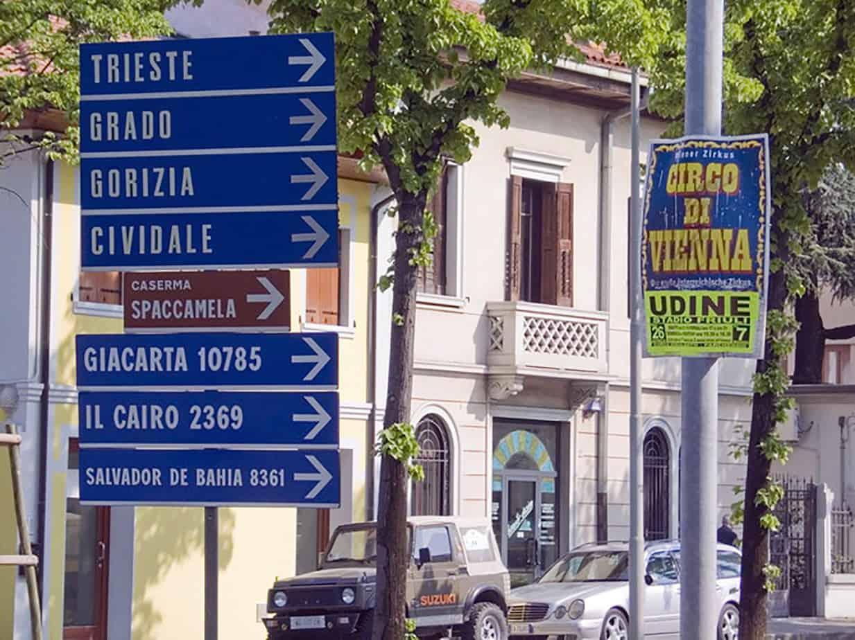 Gruppo segnaletico urbano con presenza di informazioni inutilmente sovrabbondanti